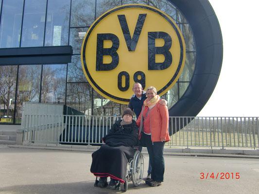 Simon mit seiner Familie vor dem Signal-Iduna-Park