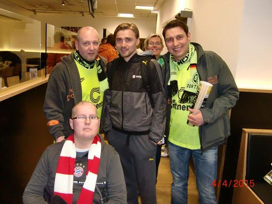 Simon mit BVB-Kicker Marcel Schmelzer, Thorben und Mirko vom Team DoppelPASS und seiner Mutter Martina (im Hintergrund)