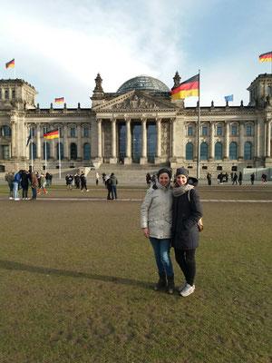 Christina (links) und Malena am Reichstag