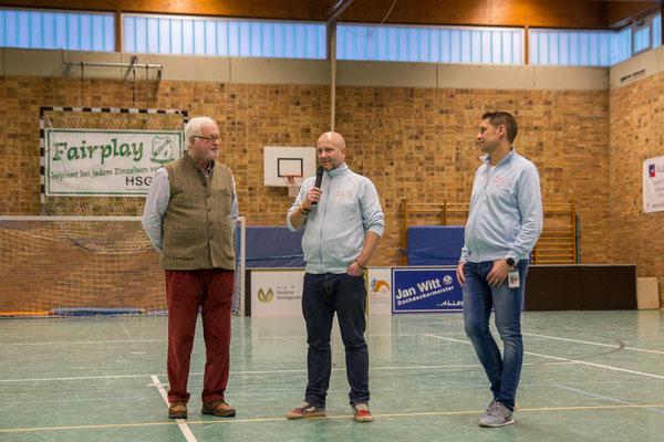 Thorben Schütt und Mirko Nitschmann werden von Peter Harry Carstensen verabschiedet