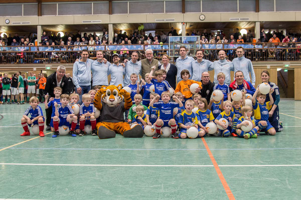 Großes Gruppenfoto nach dem Einlagespiel der G-Jugend Teams aus Nortorf und Jevenstedt