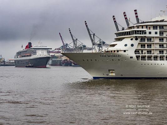 """Währen die """"Queen"""" langsam zum Cruise Center Steinwerder verholt wurde, lief die """"The World"""" in den Hafen ein."""