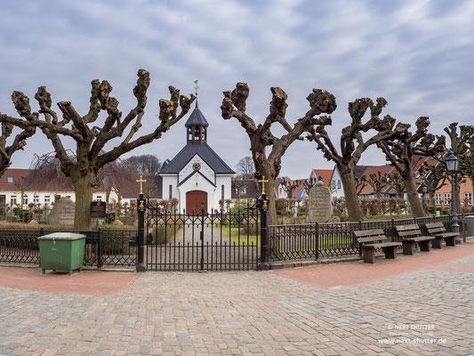 Der Fiedhof von Holm mit seiner Kirche