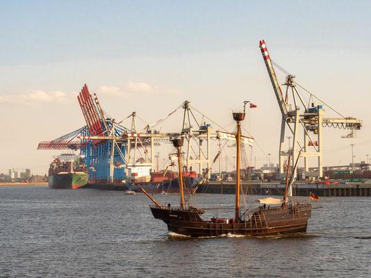 Das gibt es nur auf dem Hafengeburtstag. Das 15. Jahrhundert in Form einer (rekonstruierten) Hansekogge trifft auf ein Containerschiff des 21. Jahrhunderts.