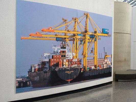 """Die """"Nürnberg Express"""" von Hapag - Lloyd, ein Containerschiff der ersten Generation am Unikai Terminal. Das Schiff konnte  bis zu 2.594 TEU befördern - die derzeit größten Containerschiffe (2017) tragen biszu rund 20.000 TEU."""