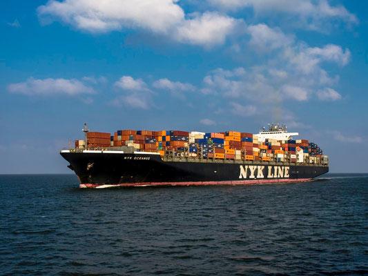 Die NYK Oceanus, ein Containerschiff älterer Bauart.