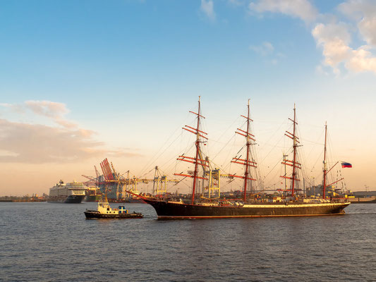 """""""Mein Schiff 1 und die russische """"Sedov"""" im Abendlicht."""