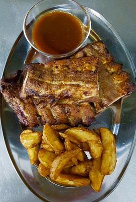 Für starke Männer! Spare Rips, mit Kartoffelspalten und BBQ-Sauce. Jeden Donnerstag 11,90 Euro.