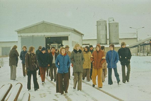 1976: Die 9. Klasse besucht den Patenbetrieb, die LPG Gadebusch