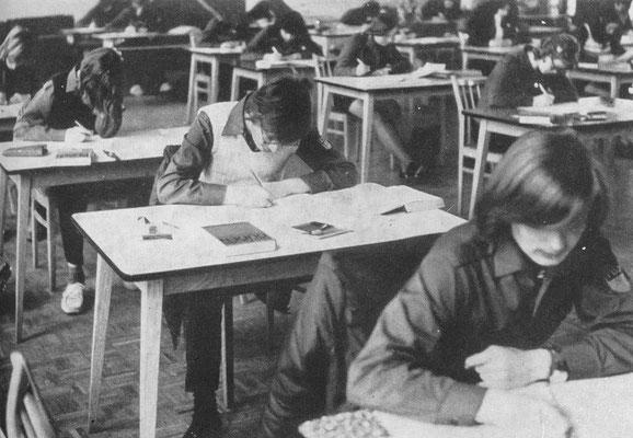 Schriftliche Abschlußprüfung in der Aula unserer Schule in Jahre 1974