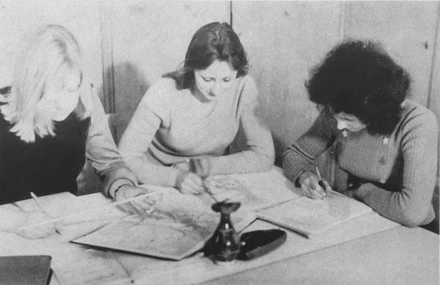 Mädchen der 10. Klassen fertigen im Internat ihre Hausaufgaben an