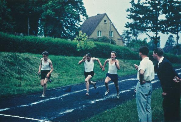 1962: 100-m-Lauf beim Sportfest, Sportplatz am Stadtwald. Stopper: Rudi Pieper und Hein Dobbertin