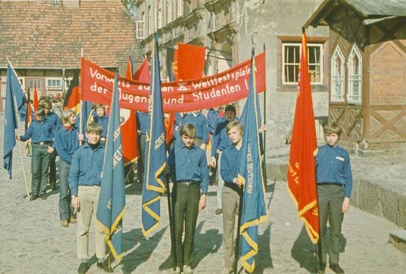 01.Mai 1972. Die Teilnahme an der Demo und an der Kundgebung war für Schüler und Lehrer Pflicht. Wir versammelten uns alle auf dem Schlosshof. FDJ-Kleidung war vorgeschrieben, die Losungen auf den Transparenten auch.