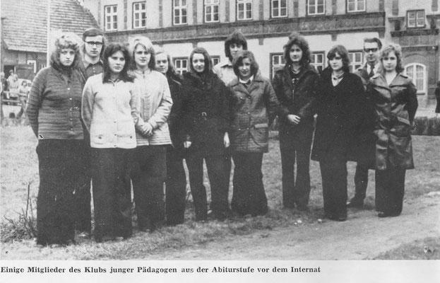 Einige Mitgleider des Klubs Junger Pädagogen aus der Abiturstufe vor dem Internat