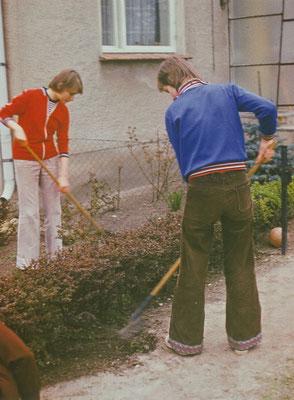 1977: Die Grundstückspflege gehörte auch zu den Aufgaben der Schüler. Jede Klasse war für einen Teil des Schulgrundstückes verantwortlich.
