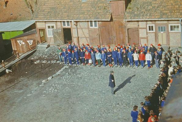 """1974: Die Schüler der 9. und 10. Klasen sind zum Hans,Baimler-Wettbewerb auf dem Schulhof angetreten. Der Wettkampf fand alljährlich im Rahmen des Unterrichtsfaches """"Wehrkunde"""" statt."""