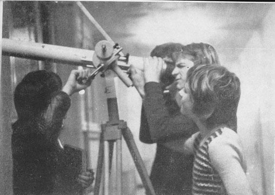 Mitglieder der AG Astronomie der 9. Klassen bei ihre Tätigkeit