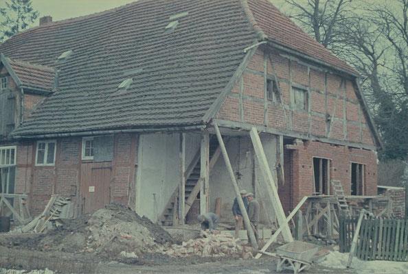 Kutscherhaus 1969: In dem Gebäude war u.a. ein Schweinestall für die Eigenversorgung des Internatsunter gebracht. Nun wurde hier die Wohnung des Internatsleiters und der Chemieraum gebaut.