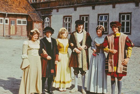1975: Bei der 750-Jahr-Feier der Stadt Gadebusch wirkten Schüler der EOS in historischen Kostümen mit - hier die Reichen.