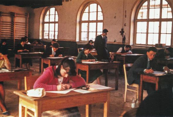 Die schriftlichen Prüfungen fanden bis zur Fertigstellung der Aula in der Turnhalle der Heinrich-Heine-Oberschule statt. Die Themen für die schriftlichen Prüfungen wurden für die ganze DDR zentral gestellt. Grundlage waren die Lehrpläne, die ebenfalls für