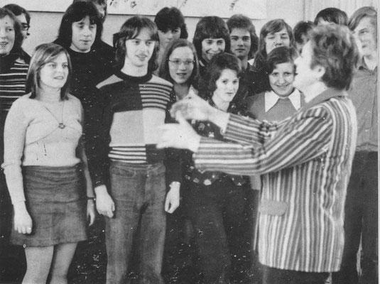 Ein Teil des Schulchores unter der Leitung von Fräulein Hildegard Plescher