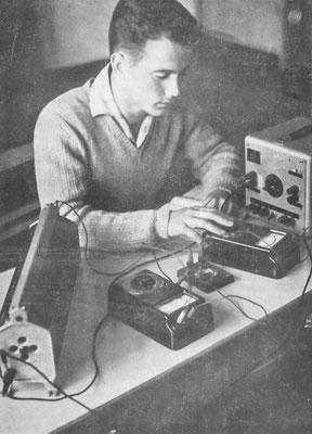 Der Schüler Reinhard Meyer beim Praktikum im Physikunterricht