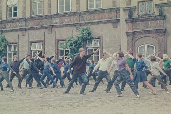 """Juni 1969: Schüler hauptsächlich aus dem Abi-Jahrgang proben """"Tanzende Jugend"""" zum Deutschen Turn- und Sportfest"""