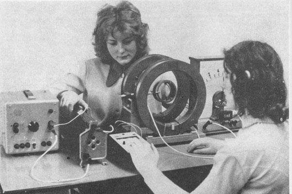 Maritta Burmeister und Sigrtid Papke, Schülerinnen der 12. Klasse beim Physikpraktikum