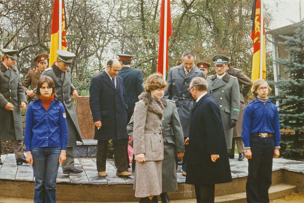 """Am 07.11.1977 erhielt die EOS den Namen """"Dr. Richard Sorge"""". R. Sorge war nach damaligen Sprachgebrauch """"Kundschafter"""". Er arbeitete für den sowjetischen Geheimdienst und gegen den deutschen Faschismus."""