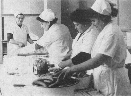 Das Küchenkollektiv bei der Zbereitung eines schmackhaften Mittagessens