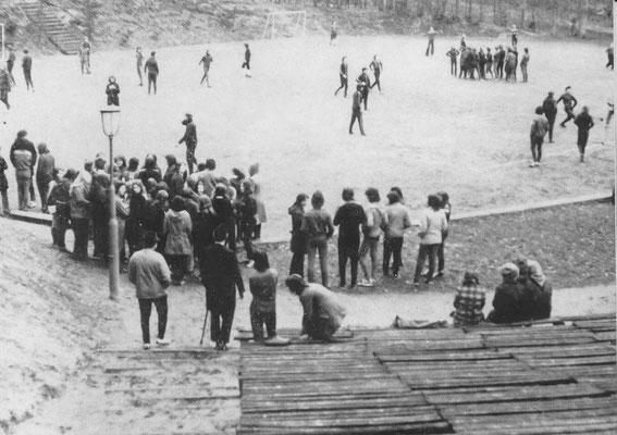 Vorbereitungen zum Fussball- und Handballturnier am 19.03 1975 auf der Waldbühne