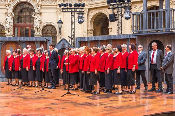 Der Theodor-Körner-Chor auf dem Schlosshof