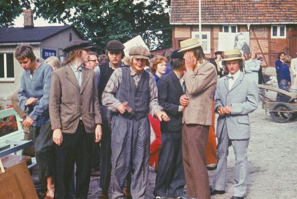 1975: Bei der 750-Jahr-Feier der Stadt Gadebusch wirkten Schüler der EOS in historischen Kostümen mit - hier die nicht so Reichen.