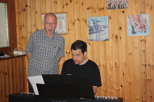 Kurt Haag alias Otto übt mit dem Komponist Christian Antonius Müller sein Lied
