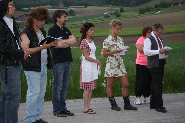Vor der Probe stellen sich alle im Kreis auf, um in die Probe hinein zu springen