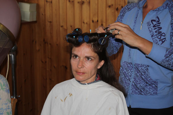 Ursi Meier alias Marti sitzt in ihrer Szene bei Coiffeur