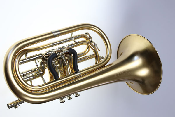 Bassflügelhorn, matt lackiert mit aufgestellter Maschine