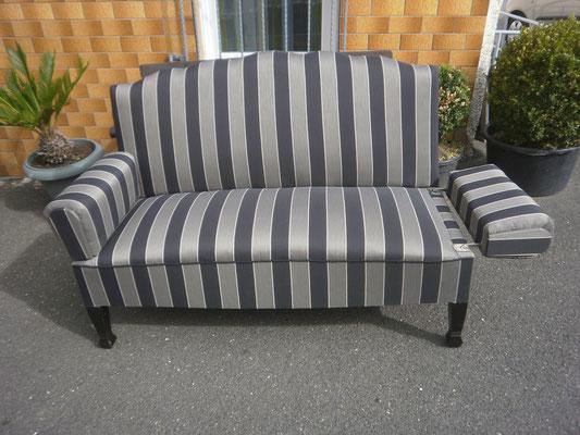Sofa mit Klapplehne schwarz-weiß