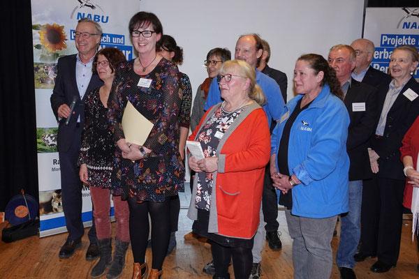 Umweltstaatssekretär Dr. Thomas Griese (1. v. l.) mit der NABU-Projektgruppe um Projektleiterin Petra Diederich (3. v. l.) und NABU-Vorsitzende Lucia Preilowski (Mitte) bei der Auszeichnung. Bild: NABU Rengsdorf