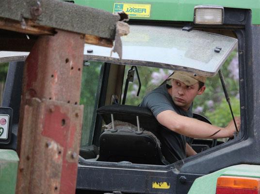 Maßarbeit von Traktorfahrer Erik Kühlborn. Der Hänger muss genau im Stalltor stehen.