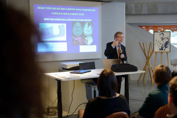 Pr Hugues Duffau en conférence lors de l'exposition des Œuvres à Lyon