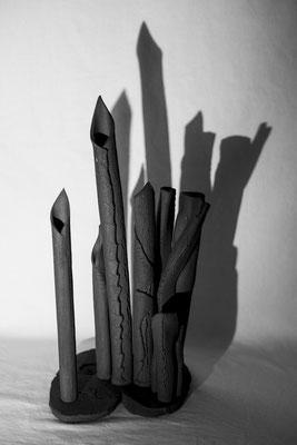 """variations sur """"Vases-Bouquets"""" et """"Fragments de Terres habitées"""" African Stone et Super Manga (Terres d'expression haute température de Sylvie Ruiz-Foucher céramiste Photo:Christophe Spiesser..."""