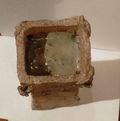 """""""Tour de garde""""  vue du dessus :dépôt de cendres ayant coulé par les bouches des Gargouilles durant la cuisson"""