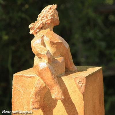 """""""Petite femme assise"""" Sculpture grès noir cuisson four à bois -Noborigama- de Juan José Ruiz  Artiste/Auteur Sculpteur céramiste dit Caco Avril 2019 photo:KOUFFRA12"""