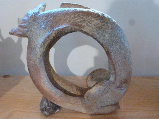 """"""" Poisson Lune """" Sculpture grès noir socle cailloux  cuisson Noborigama H23cm/L23cm Pièce Unique -Juan José Ruiz dit """"Caco"""" Artiste Auteur/Sculpteur"""
