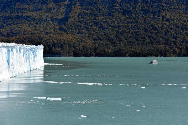 Ein Schiff vor dem Gletscher, man sieht, wie hoch die Abruchkante ist.l