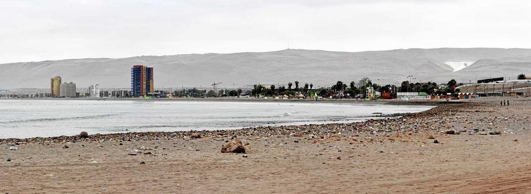Der Strand von Arica. Pazifik und rundherum eine Wüste ohne jede Pflanze.