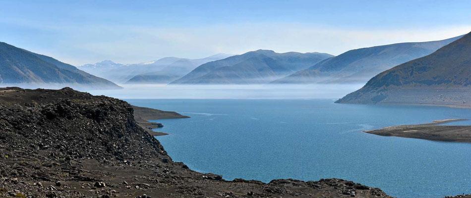 Ein zauberhafter See im Dunst.