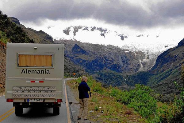Vor uns der Huascaran, der höchste Berg von Peru (6768 m), leider wieder in den Wolken.