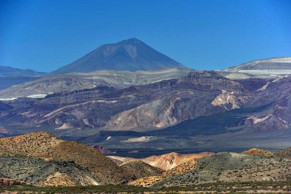 Der Vulkan Payun in seiner ganzen Schönheit, überall Lavaflüsse.